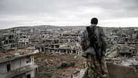Nach mehr als acht Jahren Bürgerkrieg in Syrien treffen sich in Genf ab dem 30. Oktober die verfeindeten Parteien. Das Gremium mit jeweils 50 Vertretern der Regierung, der Opposition und der Zivilgesellschaft soll in den nächsten Monaten eine neue Verfassung ausarbeiten und so den Weg für freie Wahlen unter UNO-Aufsicht ebnen. In Syrien wurde der Aufstand gegen Baschar al-Assad zum Albtraum. Nach acht Jahren Krieg liegt das Land in Trümmern. Das Leid trägt die Zivilbevölkerung. Mehr als 400.000 Menschen verloren ihr Leben, 6 Millionen Syrer wurden aus ihrer Heimat vertrieben. In unserem Dossier finden sie Hintergrundberichte und Analysen sowie Reportagen aus dem Kriegsgebiet.