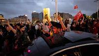 """Am 22. Juni kritisiert Frankreichs Staatspräsident Macron die Türkei für die Unterstützung der international anerkannten Regierung in Libyen scharf. """"Wir werden die Rolle, die die Türkei heute in Libyen spielt, nicht tolerieren"""", sagt Macron.Im Libyen-Konflikt ignoriert die Türkei das UN-Waffenembargo und unterstützt die Einheitsregierung. Für ihren Libyen-Einsatz rekrutiert sie Söldner im Norden Syriens. Dort hatte die Türkei hat am 9. Oktober zusammen mit verbündeten arabisch-syrischen Rebellen einen Feldzug gegen die Kurdenmiliz begonnen und international für Empörung gesorgt. In der Türkei wird die Meinungsfreiheit unterdessen weiter eingeschränkt. Das Dossier vereint eine Auswahl an Reportagen und Analysen, die die Geschichte und die politische sowie wirtschaftliche Situation der Türkei beleuchten."""