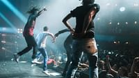 """Anhand von elf emblematischen Titeln des französischen Rap – von den ersten Radioauftritten der Pioniere MC Solaar oder NTM bis zu """"Autotune"""" von Damso – zeigt FRENCH GAME, wie sich Künstler ein US-Modell zu eigen machten, es in eine authentische, einzigartige Bewegung verwandelten und zu einem wichtigen musikalischen Ausdrucksmittel Frankreichs entwickelten."""