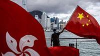 Ungeachtet weltweiter Kritik hat China am 30. Juni das kontroverse Gesetz zum Schutz der nationalen Sicherheit in Hongkong erlassen. Es richtet sich gegen Aktivitäten, die von Peking als subversiv, separatistisch oder terroristisch angesehen werden. Die demokratische Opposition befürchtet, dass sich das Gesetz gegen sie richtet. Aktivisten haben Angst um ihre Sicherheit. Die erste Festnahme betraf einen Mann, der sich für den Besitz einer Unabhängigkeitsflagge verantworten muss.