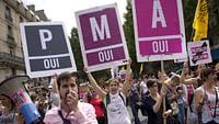 Künstliche Befruchtung allen Frauen zugänglich machen - diese Idee hat in Frankreich eine weitere Hürde genommen: nach der Nationalversammlung stimmtein der Nacht zum Donnerstagauch der Senat dem Gesetzesvorschlag der Regierung zu. So sollen Lesben und Singles ihren Kinderwunsch verwirklichen können.Die konservative Mehrheit im Oberhaus will allerdings durchsetzen, dass künstliche Befruchtung für Lesben und alleinstehende Frauen nur bei Unfruchtbarkeit oder einer anderen medizinischen Indikation von der Krankenkasse bezahlt werden. Noch bis zum 4. Februar soll die Reform diskutiert werden.Das Recht auf künstlichen Befruchtung für alle Französinnen, auch für gleichgeschlechtliche Paare und alleinstehende Frauenwar ein wichtiges Wahlkampf-Versprechen des Präsidenten Emmanuel Macron, das nach Umfragen zwei Drittel der Franzosen unterstützen.Unser Dossier vereint wichtige Fragen und Antworten rund um die künstliche Befruchtung, Berichte von Betroffenen und Zukunftsperspektiven für die Gesellschaft.