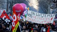 Die geplante Rentenreform hält Frankreich immer noch in Atem: Nach wochenlangen Streiks wird nun in der Nationalversammlung über das Gesetzesvorhaben beraten. Doch nicht nur in Frankreich ist das Thema Rente in aller Munde: In vielen Ländern auf der ganzen Welt gab und gibt es Debatten über Reformen. Und darüber, wie man mit einer alternden Gesellschaft umgeht. ARTE hat sich Situationen in verschiedenen Nationen angesehen.