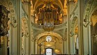 """Die Epoche des Barock reicht vom Beginn des 17. bis in die Mitte des 18. Jahrhunderts. Sie zeichnet sich musikalisch durch Kontrastreichtum, Opulenz und Bewegung aus. Mit Händel, Purcell, Vivaldi oder Bach brachte der Barock eine Vielzahl musikalischer Formen hervor: Oper, Konzert, Sonate oder Oratorium. Rameaus """"Indes galantes"""" oder Cavallis """"Ercole amante"""" und viele weitere """"unregelmäßige Perlen"""" laden mit ihrem Klangreichtum zum (Wieder-)Entdecken ein."""
