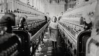 Unterdrückung und Ausbeutung, Revolution und Reformen: Die Geschichte der Arbeiterbewegung beginnt im frühen 18. Jahrhundert in Europa. Im Zuge der Industrialisierung entstand im 19. Jahrhundert eine Gesellschaft, in der die Unterschiede zwischen Arm und Reich immer bedeutender wurden. Vor diesem Hintergrund begann die Arbeiterbewegung.
