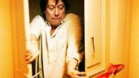 """Nachdem Olivier (Mathieu Amalric) überraschend ein heruntergekommenes Pariser Mietshaus erbt, beginnt eine Odyssee für ihn, die den chronisch an Geldmangel leidenden Immobilienmakler nicht nur zurückführt in seine Kindheit, sondern ihn vielleicht seiner Familie auch wieder näherbringt. - Dem israelischen Regie- und Autorenpaar Etgar Keret und Shira Geffen, gelingt mit dieser fantasievollen vierteiligen Miniserie """"Mein sprechender Goldfisch"""" eine erzählerische Gratwanderung zwischen Traum und Wirklichkeit."""