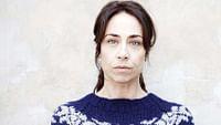 """Hochspannung mit """"The Killing"""", der dänischen Thrillerserie um Kommissarin Sarah Lund. Die mehrfach preisgekrönte Serie zählt zu den wichtigsten ihres Genres, des """"Nordic noirs"""", und wurde nach ihrem europäischen Durchbruch auch als amerikanische Version adaptiert. Alle Folgen der Staffeln 1 bis 3 sind vom 25. Juni bis 31. März 2021 online abrufbar."""