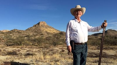 Un cowboy a pie del muro