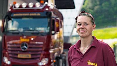 Mujeres al volante de grandes camiones