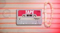 TAPE, c'est le programme qui rembobine une certaine histoire de la musique en 3 minutes chrono, et raconte aux oreilles néophytes des anecdotes de spécialistes, parfois drôles, saugrenues, mais toujours essentielles. Ce petit plus d'information qui vous permettra de briller en société sans avoir lu le dictionnaire du rock dans son entièreté.