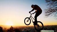 Les vélos reprennent possession du bitume. Course, BMX, trial, fixie, VTT… chaque genre a son histoire et ses pratiques. En Selle ! raconte la renaissance de la culture du vélo, et part à la rencontre des groupes debikers les plus iconiques qui, par leur attitude, leur style, leurs prouesses, ont réinvité le vélo dans notre quotidien.