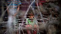 """Il y a un an en Birmanie, des violences qualifiées de """"nettoyage ethnique"""" par l'ONU s'abattaient sur la communauté des Rohingyas. Depuis, près de 700 000 d'entre eux ont fui le pays et vivent dans des camps de réfugiés au Bangladesh voisin, dans des conditions très difficiles. Une résolution des Nations Unies prévoit leur retour sécurisé dans leur pays natal. Ce programme de rapatriement ne tient pas compte des traumatismes ni de la haine raciale des Birmans bouddhistes à l'égard de cette communauté musulmane."""