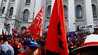 Après une campagne considérée comme la plus violente que le Brésil ait connue, des élections générales ont lieu les 7 et 28 octobre. Le candidat d'extrême droite Jair Bolsonaro s'est qualifié facilement pour le deuxième tour de la présidentielle au Brésil avec 46% des suffrages, mais il se retrouvera face à la gauche dans un duel à l'issue incertaine.