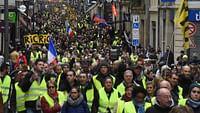 Le 17 novembre 2018, près de 300 000 manifestants se rassemblent dans toute la France pour protester contre la hausse des prix de l'essence. Plus de deux mois plus tard, les gilets jaunes sont toujours là. Un mouvement hétéroclite, qui réclame plus de justice sociale et dont les revendications vont du retour de l'impôt sur la fortune à la mise en place de référendums d'initiative citoyenne. Ces semaines de mobilisation ont été également émaillées de nombreuses violences de la part des forces de l'ordre et de certains manifestants. Retrouvez nos reportages pour comprendre le fonctionnement du mouvement et son impact sur la vie politique française, à commencer par le grand débat lancé par Emmanuel Macron.