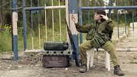 """Ferme les yeux et fonce ! En Israël, le service militaire est long et obligatoire pour les jeunes hommes et les jeunes femmes. Un des seuls moyens d'échapper à cet éprouvant quotidien est le """"Gimel"""", une exemption en cas de maladie ou de blessure... plus ou moins volontaire.  La web série retrace sur un ton humoristique, 10 histoires de """"Gimel"""" acquis à grand renfort d'imagination."""