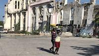 Peu avant 17 heures, le mardi 12 janvier 2010, un tremblement de terre de magnitude 7 frappait Haïti,faisant 280 000 morts et 1,3 million de sans-abris. Dix ans après la tragédie qui a ravagé le pays, Arte Reportage est retourné à Port-au-Prince. La situation reste catastrophique.