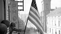 Après l'attaque japonaise sur Pearl Harbor en Décembre 1941, les États-Unis entrent en guerre. Une tragédie humaine commence : les jeunes hommes sont envoyés au front, les familles sont brisées.Retour sur la Seconde Guerre mondiale, racontée à travers le destin d'hommes et de femmes originaires de quatre villes américaines.