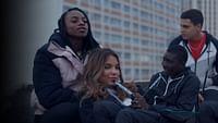 """Shaï, Djeneba, Aladi et Ismaël, 16 ans, ont grandi entre les quatre tours de la Place des Fêtes, un quartier populaire à Paris. Ensemble, ils laissent filer les heures, se vannent et jouent à leur jeu favori : """"Tu préfères"""". Pour la première fois cette année, Shaï et Djeneba, meilleures amies depuis l'enfance, ne vont plus en cours ensemble. L'équilibre du groupe est alors menacé et de vrais choix vont faire irruption dans leurs vies comme dans le jeu."""