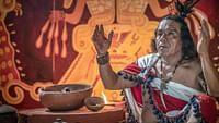 Grandeur et mystères des cultures maya, inca et aztèque :grâce à des techniques de pointe,historiens, anthropologues et archéologues nous emmènent dans les coulisses de chantiers de fouilles et livrent des éclairages passionnés sur l'intimité de ces civilisations précolombiennes disparues.