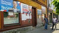Le très conservateur Andrzej Duda, président sortant et membre du PiS (parti Droit et Justice) est arrivé en tête du second tour de l'élection présidentielle qui s'est déroulée en Pologne le 12 juillet. Il devance le maire libéral et pro-européen de Varsovie, Rafal Trzaskowski, avec 51,2% des voix contre 48,79%, selon des résultats quasi-complets. Le scrutin, marqué par une forte participation, cimente la position dominante du parti national-conservateur PiS au pouvoir depuis 2015.